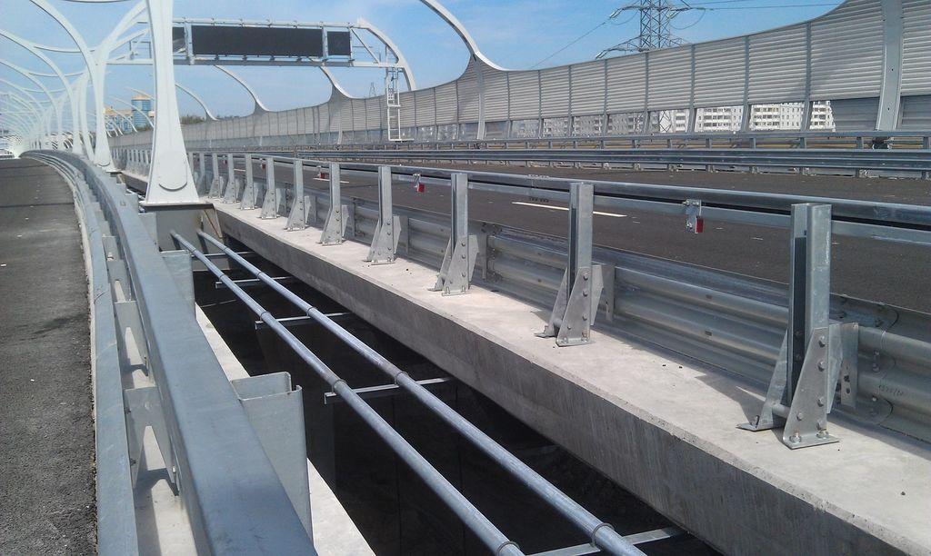 Мостовая стойка для дорожных ограждений